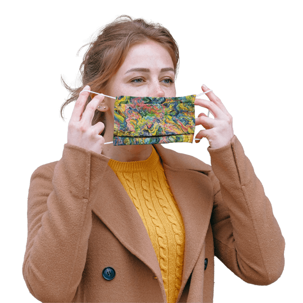 Femme portant à son visage un masque COVID-19 avec motifs de peinture abstraite