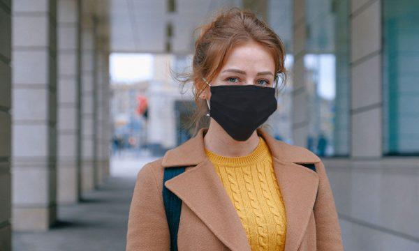 Femme portant un masque COVID-19 gris foncé